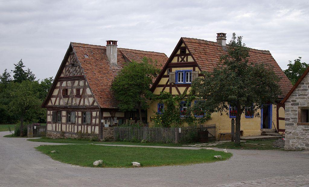 Köblerhaus (1702) aus Oberfelden und Häckerhaus (1706) aus Ergersheim